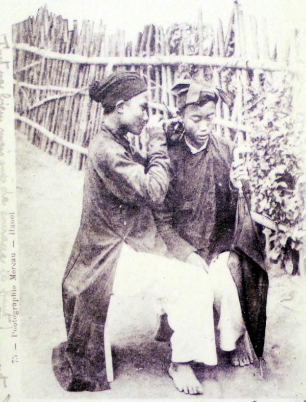 Ảnh hiếm: Nghề lấy ráy tai ở Hà Nội xưa khiến Tây ngưỡng mộ
