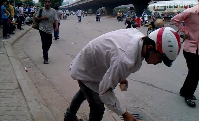 Ảnh: Nhảy xổ ra đường nhặt 30 nghìn, ngó lơ khi người đánh rơi van nài