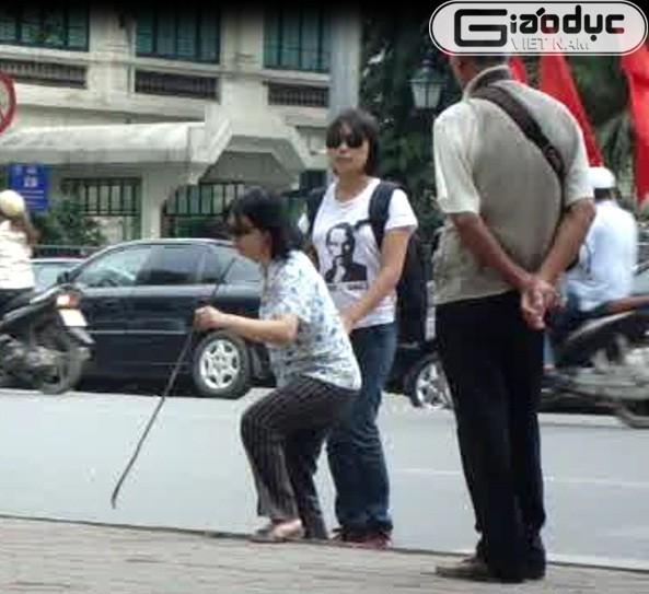 Clip: Đám đông thờ ơ nhìn người mù