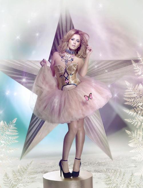 Không những tự thiết kế, cựu ca sĩ nhóm Girls Aloud còn kiêm luôn vai trò người mẫu quảng cáo cho sản phẩm giày của mình.