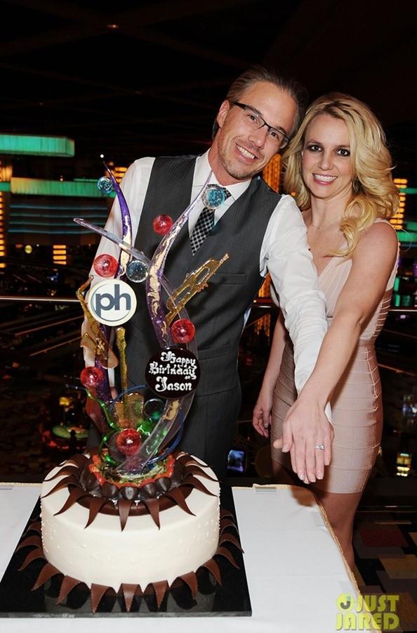 Britney Spears nhận lời cầu hôn của bạn trai vào đúng ngày sinh nhật của Jason.