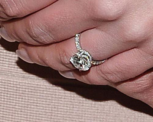 Chiếc nhẫn đính hôn của Britney được gắn 90 viên kim cương nhỏ và một viên kim cương lớn ở giữa.
