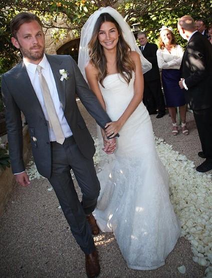 Thiên thần Victoria's Secret Lily Aldridge lên xe hoa với ca sĩ nhạc rock Caleb Followill vào chiều ngày 12/5 tại Montecito, California (Mỹ). Cô dâu xinh tươi trong chiếc váy cưới của Vera Wang còn chú rể bảnh bao trong bộ vét xám của Gucci.