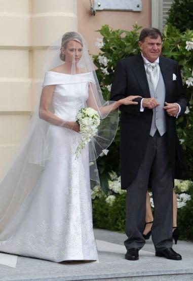 Trong hôn lễ với Ông hoàng Monaco Albert II, cô dâu xinh đẹp Charlene Wittstock đã mặc chiếc váy cưới của hãng Armani.