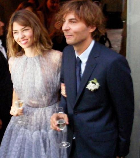 Nữ đạo diễn Sofia Coppola kết hôn với Thomas Mars tại Bernalda, Ý vào ngày 27/8. Trong lễ cưới, cô dâu lộng lẫy với chiếc váy chất liệu chiffon màu tím nhạt. Màu sắc khác biệt của chiếc váy đã khiến cô dâu nổi bật, dù khách mời của đám cưới đều là những ngôi sao Hollywood nổi tiếng.