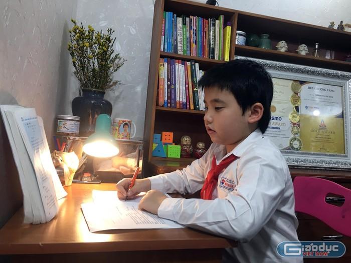 """Cậu bé """"vàng"""" có niềm đam mê vô tận với sách"""
