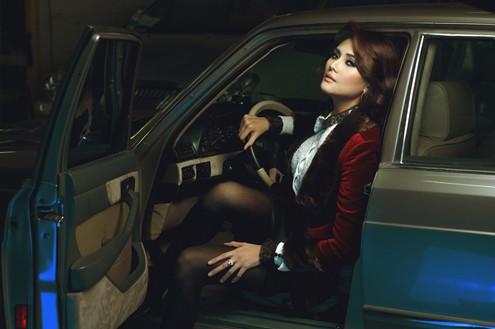Vẻ đẹp và sự chuyên nghiệp trong khi làm việc của cô khiến stylist Nguyễn Thiện Khiêm hài lòng.