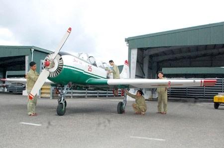 Xem máy bay Yak-52 của Không quân Việt Nam bay huấn luyện