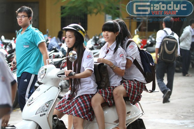 """Chùm ảnh: Học sinh TP.HCM """"nhởn nhơ"""" chạy xe máy đến trường"""