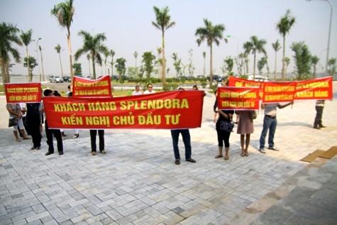 Khách mang băng rôn phản đối dự án Splendora tăng giá hàng tỷ đồng