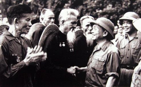 Đại tướng thăm đơn vị lão dân quân Hoằng Hóa (Thanh Hóa) - đơn vị bắn rơi máy bay Mỹ bằng súng trường, tại lễ duyệt binh nhân ngày Quốc khánh 2/9/1973.