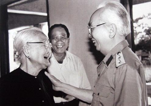 Ông thăm Mẹ Việt Nam Anh hùng Võ Thị Hồi (96 tuổi) ở Củ Chi.