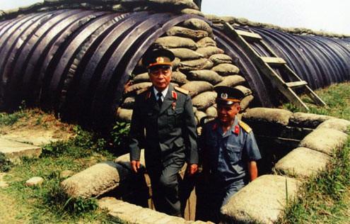Năm 2004, trong dịp trở lại Điện Biên Phủ, Đại tướng đã đi thăm hầm tướng De Castries - Chỉ huy Tập đoàn cứ điểm Điện Biên Phủ.