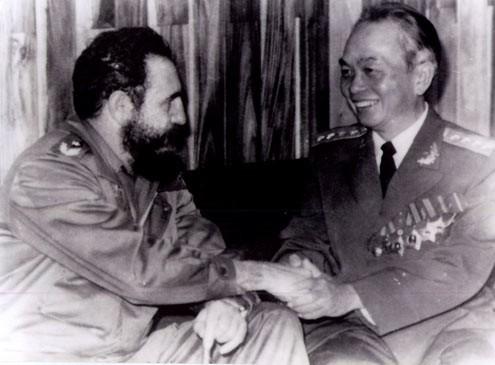 Đại tướng Võ Nguyên Giáp trò chuyện với Chủ tịch Fidel Castro trong chuyến thăm Cu Ba.
