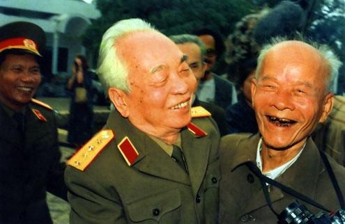 Đại tướng gặp ông Bùi Duy Ly, phóng viên ảnh chiến trường báo Quân đội nhân dân.