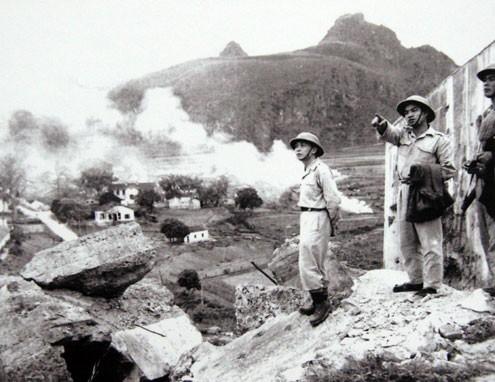 Đại tướng Tổng tư lệnh Võ Nguyên Giáp thị sát thị xã Cao Bằng vừa được giải phóng (1950).