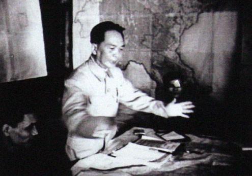 Giờ G đã điểm, Đại tướng Tổng tư lệnh Võ Nguyên Giáp ra lệnh nổ súng vào lúc 17h30 ngày 13/3/1954.