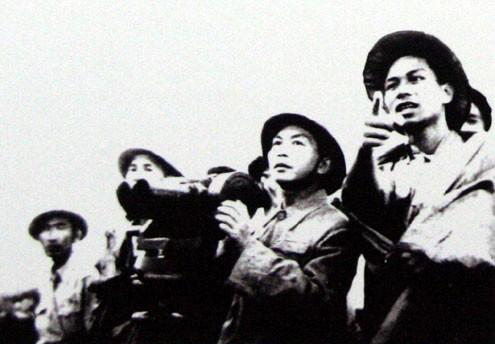 Đại tướng theo dõi diễn biến Chiến dịch Điện Biên Phủ.