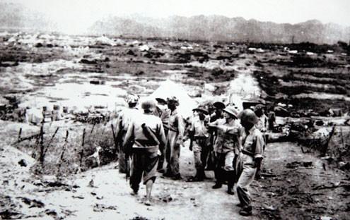 Đại tướng Võ Nguyên Giáp thăm chiến trường Điện Biên Phủ sau chiến thắng vĩ đại.