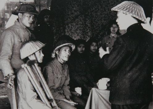 Sau chiến thắng Điện Biên Phủ, Đại tướng đi thăm thương bệnh binh.