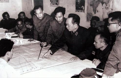 Đại tướng duyệt phương án đánh B52 của Mỹ tập kích vào Hà Nội năm 1972 tại Sở Chỉ huy Quân chủng Phòng không - Không quân.