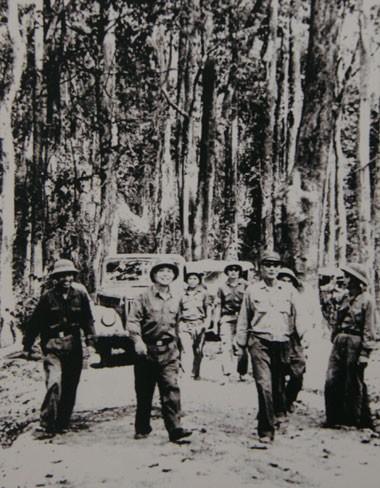 Đại tướng Võ Nguyên Giáp cùng Bộ Tổng tham mưu, Bộ Tư lệnh miền Nam và Tư lệnh trưởng Bộ đội Trường Sơn Đồng Sĩ Nguyên bàn kế hoạch tác chiến, chuẩn bị chiến dịch Đường 9 - Nam Lào tại một cánh rừng Trường Sơn năm 1971.