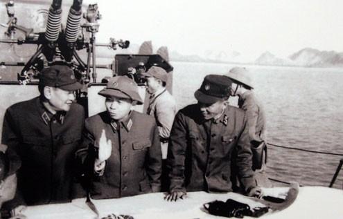 """Trong chuyến kiểm tra vùng biển Quảng Ninh sau chiến dịch phá thủy lôi năm 1973, Đại tướng Võ Nguyên Giáp khẳng định: """"Quyết tâm bảo vệ toàn vẹn vùng biển, hải đảo của Tổ quốc""""."""