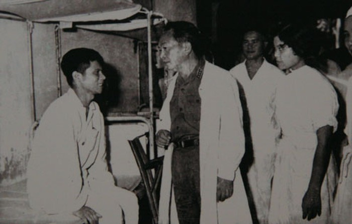 Đại tướng thăm thương, bệnh binh ở Quân y Viện 108 nhân ngày Thương binh Liệt sĩ 27/7/1969.