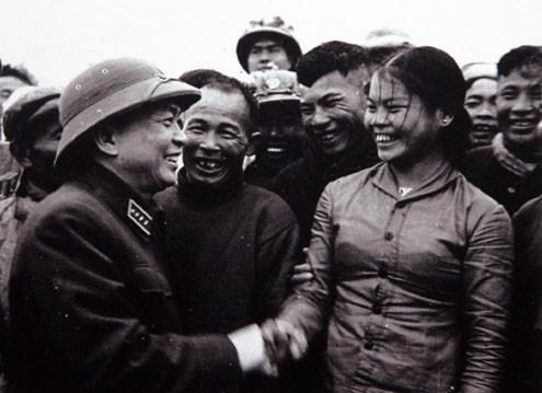 Đại tướng Tổng tư lệnh Võ Nguyên Giáp khen ngợi nhân dân địa phương và anh chị em công nhân đội vận tải Sông Gianh, Quảng Bình đã góp phần tích cực vận chuyển hàng ra tiền tuyến (1968)