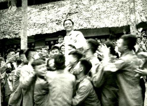 Các chiến sĩ thi đua trong Chiến dịch Điện Biên Phủ vui mừng công kênh Đại tướng Tổng tư lệnh Võ Nguyên Giáp tại lễ mừng công (ngày 13-5-1954)