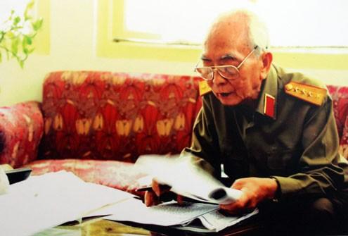Dù có tuổi nhưng Đại tướng vẫn miệt mài viết sách, làm việc.