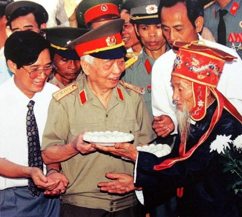 Khi Đại tướng thăm đền Hai Bà Trưng (Phúc Thọ, Hà Tây cũ), một lão nông tặng ông đĩa bánh trôi tượng trưng cho lòng kính trọng của dân làng.