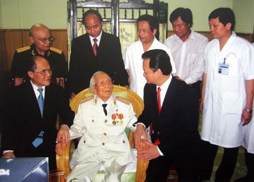 Thủ tướng Nguyễn Tấn Dũng thăm Đại tướng năm 2008.