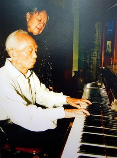 Lúc rảnh rỗi, ông ngồi chơi piano.