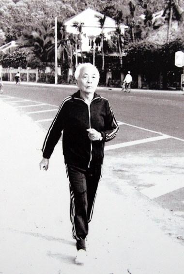 Bên cạnh thiền, đi bộ là môn thể dục thể dục ưa thích của Đại tướng.