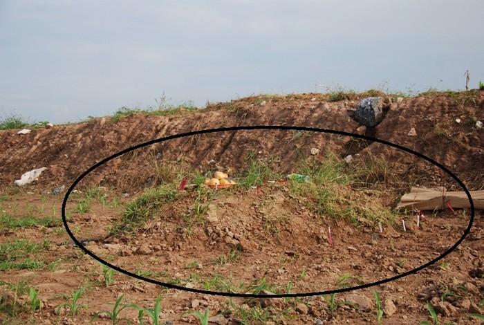 Phần thi thể không đầu của nạn nhân đang được mai táng tạm thời tại huyện Phúc Thọ, Hà Nội.
