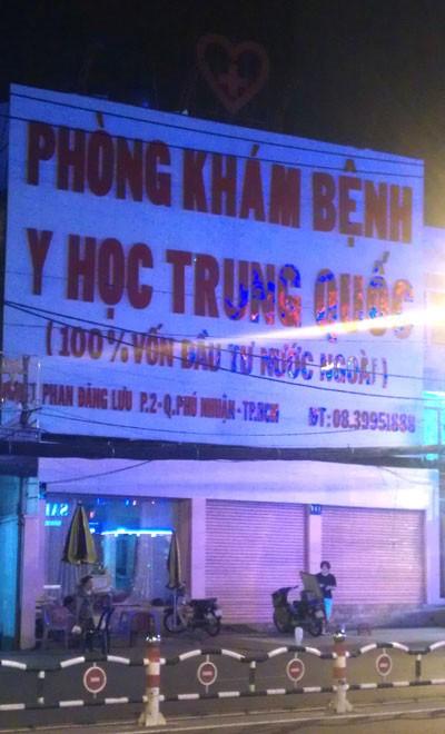 """Phòng khám Trung Quốc """"giam lỏng"""" bệnh nhân, Tin tức trong ngày, phong kham dong y trung quoc, phong kham trung quoc, benh nhan, giam long benh nhan, vien phi, dieu tri benh, nguoi nha benh nhan, bac si, cong an, giay phep kinh doanh"""