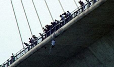 Phía sau vụ tự treo 2 giờ ở cầu Bãi Cháy, Tin tức trong ngày,