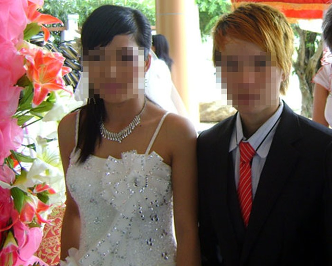 Hai cô gái tổ chức đám cưới đồng tính.