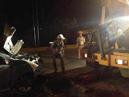 Xe bốc cháy trong đêm, 3 người bị thương 3