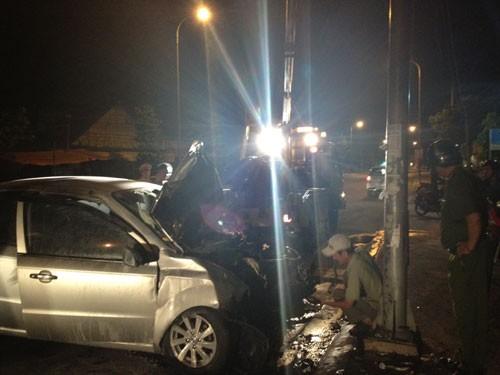 Xe bốc cháy trong đêm, 3 người bị thương 4
