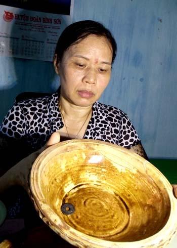 Bát gốm men nâu được thu giữ, đưa về Bảo tàng Quảng Ngãi. Ảnh: Trí Tín.