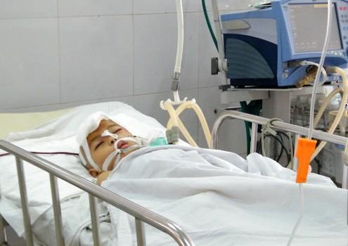 Cháu Quân đang được các bác sĩ theo dõi điều trị trong tình trạng nguy kịch. Ảnh: N.Đ