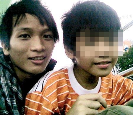 Ảnh chụp cảnh Hận đang ôm một bé trai được đăng trên blog của hắn.