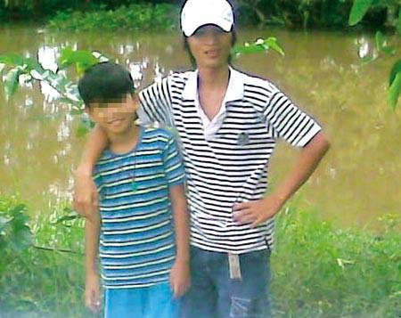 Ảnh một bé trai đi chơi cùng Hận đăng trên blog cá nhân của Hận.
