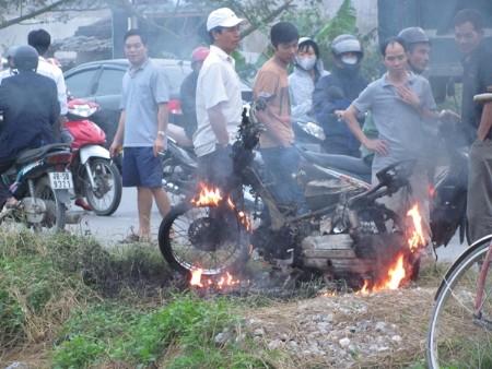Xe của cẩu tặc bị đốt thành than