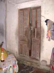 Cánh cửa sau trở thành nỗi ám ảnh của cô bé nạn nhân
