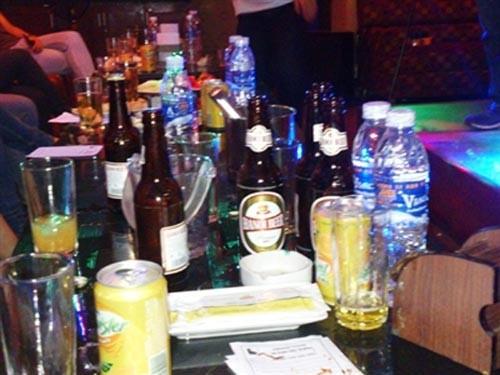 Khó xử phạt uống rượu tại quán karaoke, Tin tức trong ngày, uong ruou tai phong karaoke, karaoke uong ruou, uong ruou, di hat karaoke, ban ruou trong phong karaoke, phat uong ruou, phat uong ruou trong phong karaoke, bao, tin hay, tin hot, tin tuc, vn