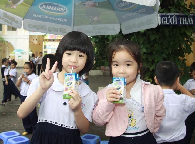 Vinamilk mang niềm vui uống sữa đến với học sinh Đà Nẵng
