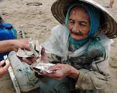 """Dân mạng giận dữ với nữ quái """"giúp"""" bà cụ 10.000 đồng rồi giật ví"""